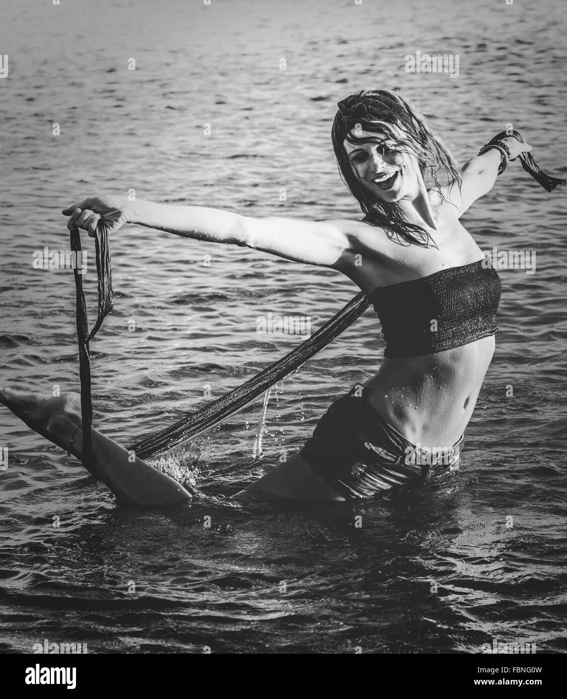 Junge Frau im Meer genießen Stockbild