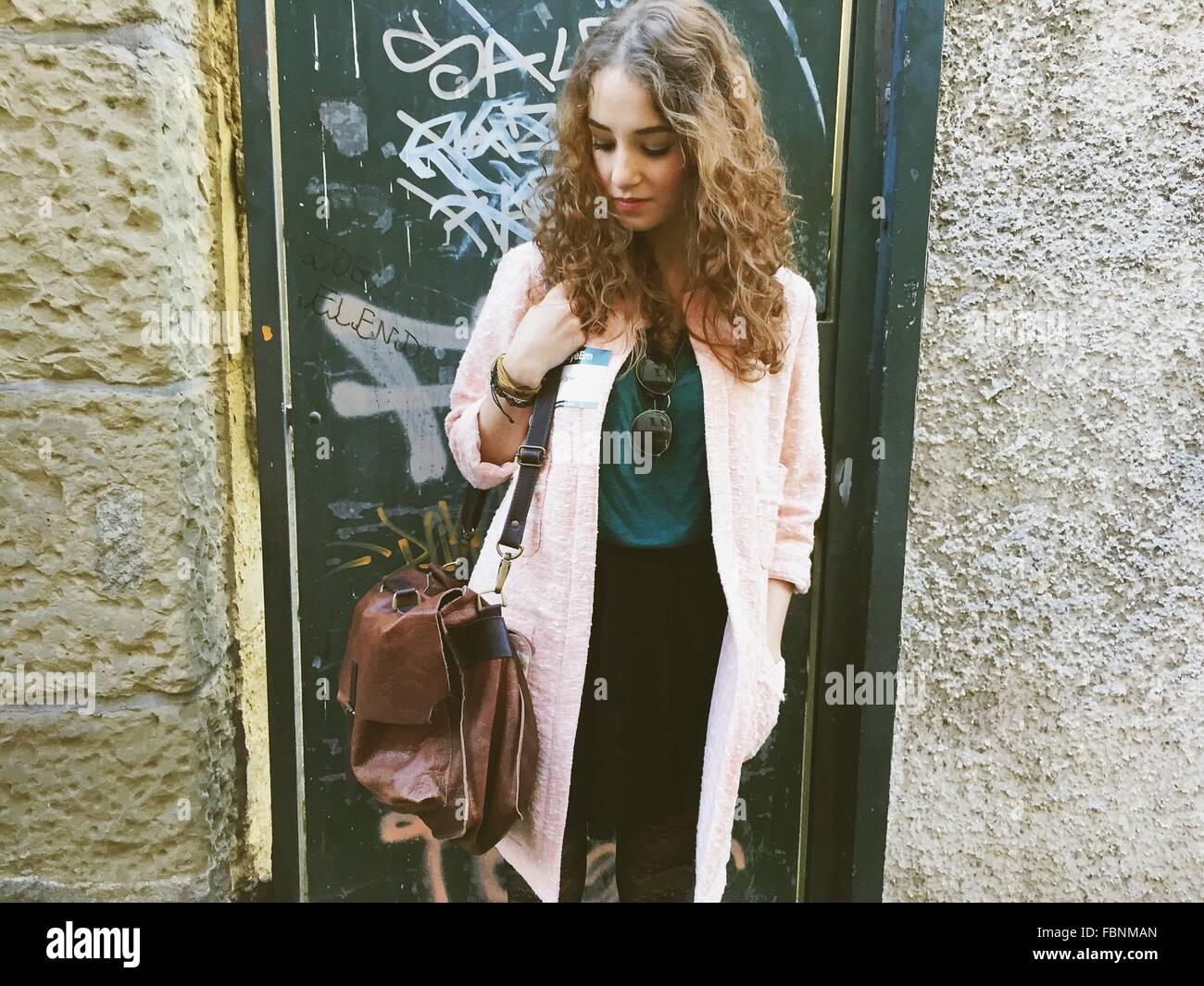 Schöne junge Frau außen Haus Stockfoto