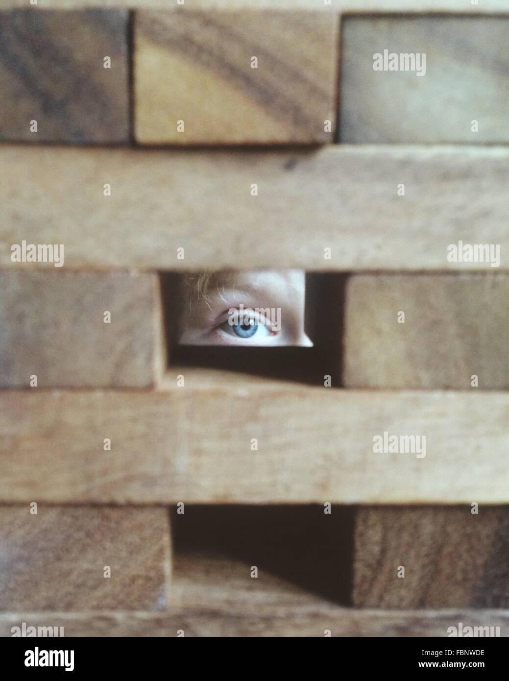 Person, die durch Block Loch Stockbild