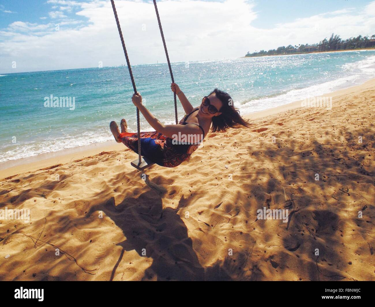 Frau am Strand Swing Stockbild