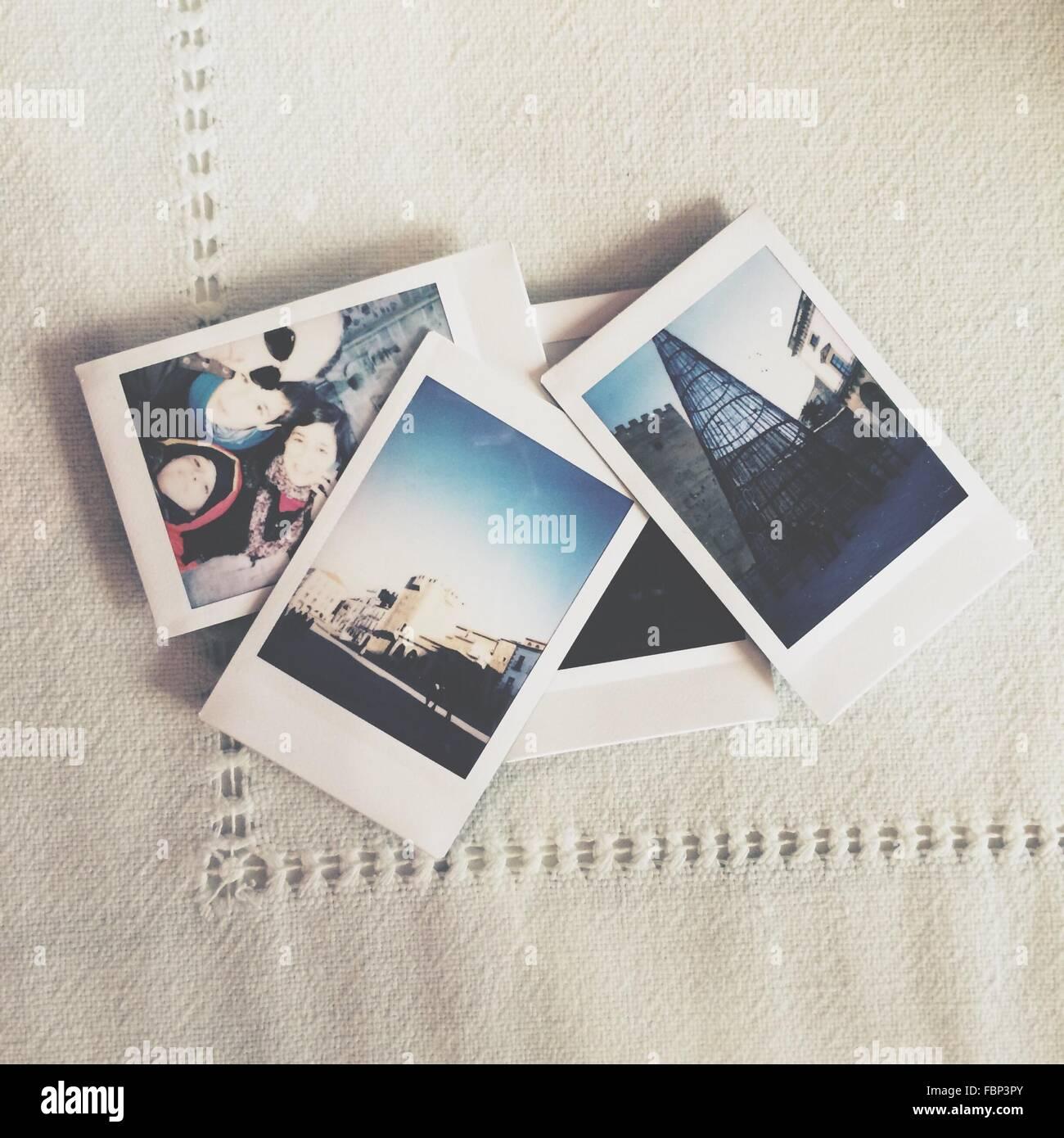 Fotos liegen auf Tischdecke Stockbild