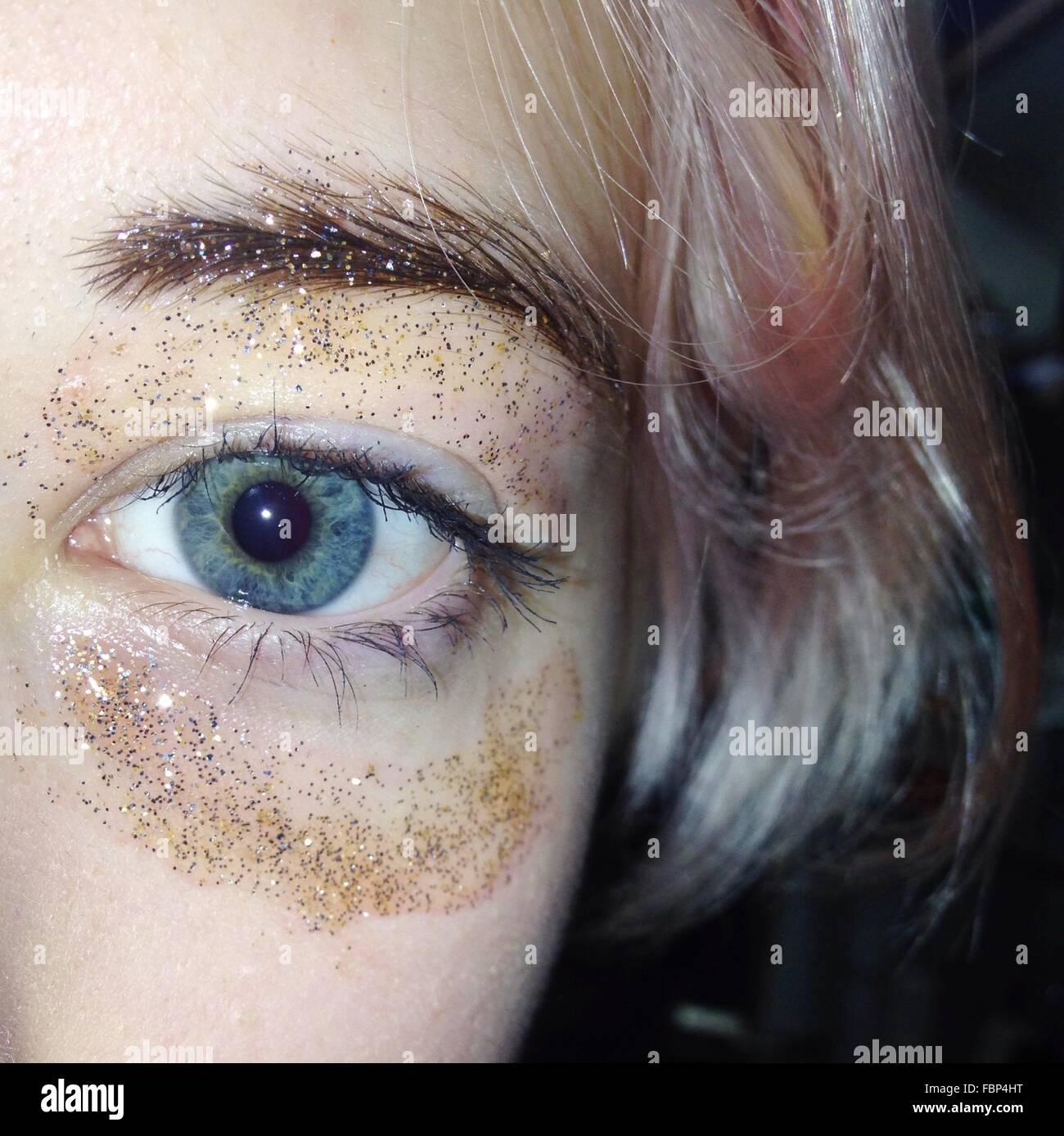 Extreme Nahaufnahme von Frau Auge mit Glitzer Stockbild