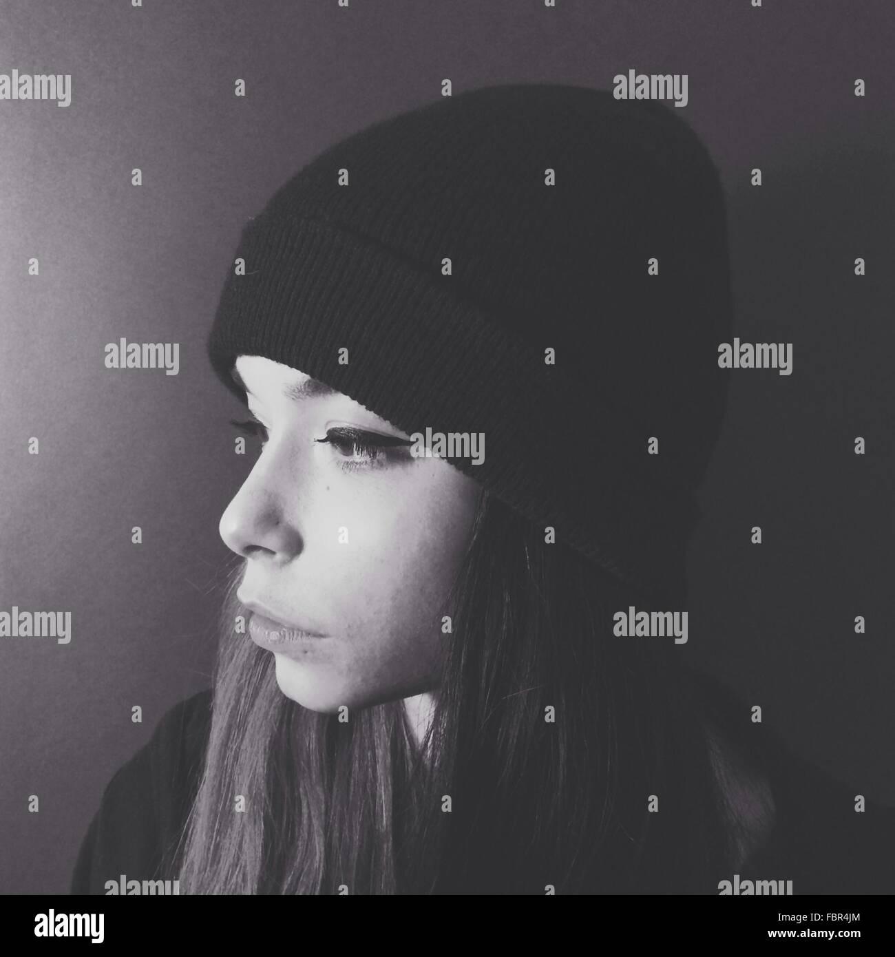 Nahaufnahme eines junge nachdenkliche Frau über Plain-Hintergrund Stockbild