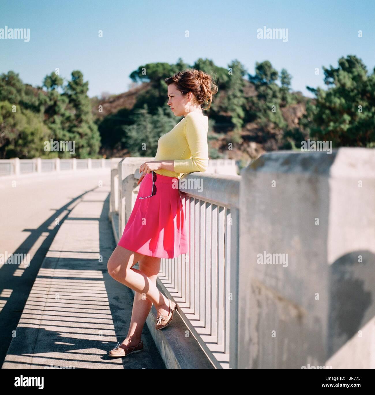 Seite einer ernsten jungen Frau stehen im freien Stockbild