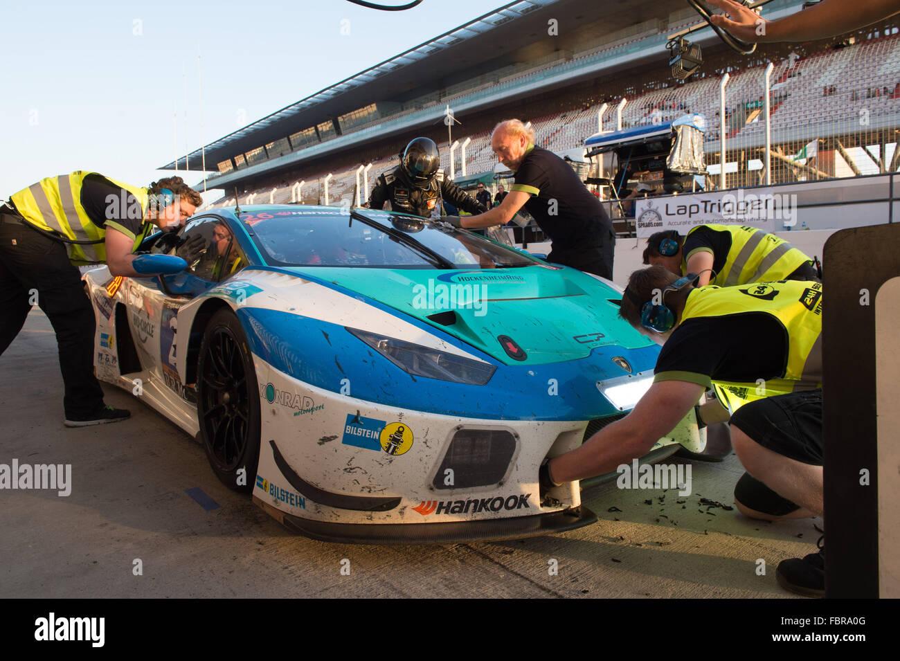 Konrad Motorsport Lamborghini in der Boxengasse im Laufe des Abends die Hankook 24H Dubai Autorennen Stockbild