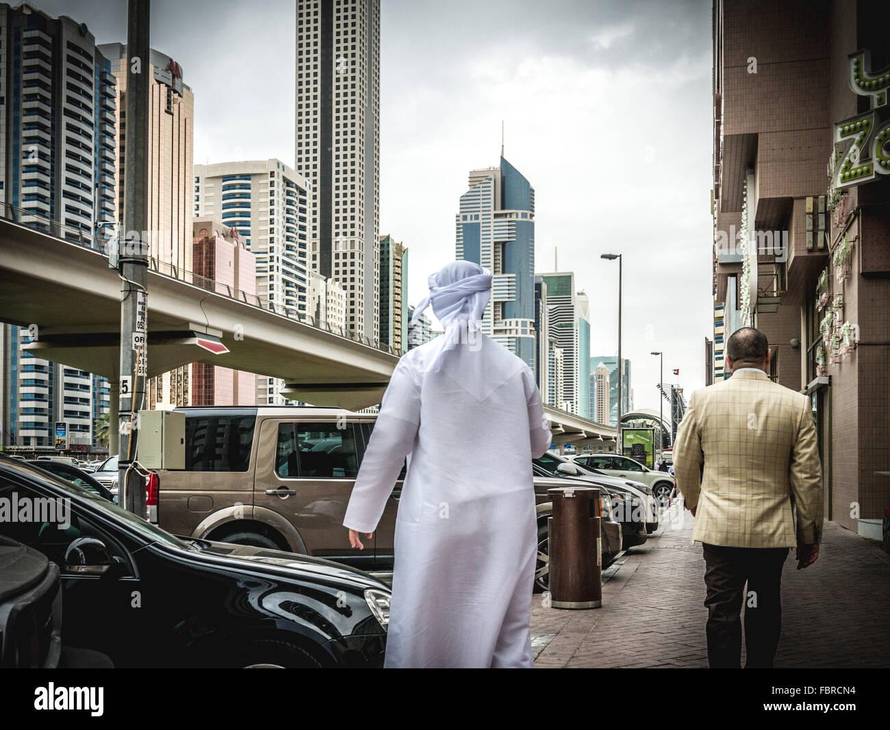 Arabische Mann zu Fuß entlang der belebten Sheikh Zayed Road Stockbild