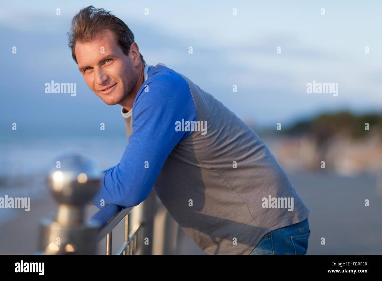 Nachdenklicher Mann Porträt. Outdoor Shooting Stockfoto