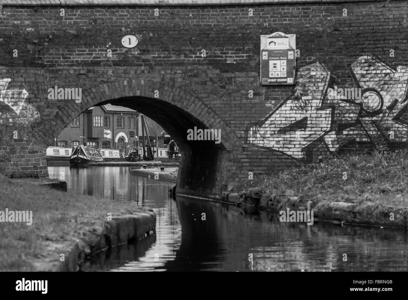 Coventry Canal Basin wie durch ein Graffiti überdachte Brücke Nummer 1 gesehen. Stockbild