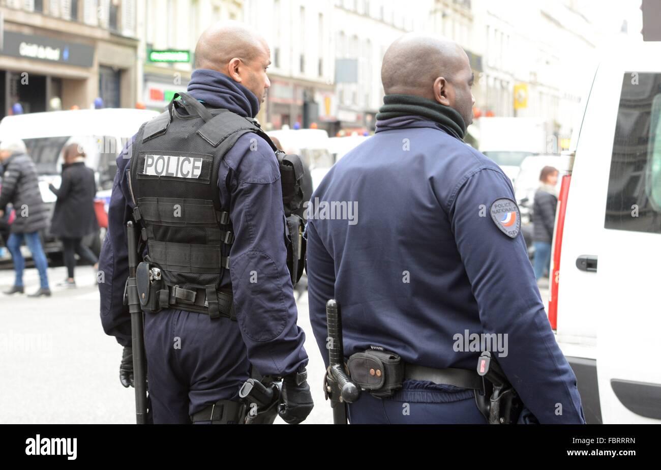 Polizisten in der Nähe von Konzerthauses Bataclan in Paris, Dec.12, 2015. Stockbild