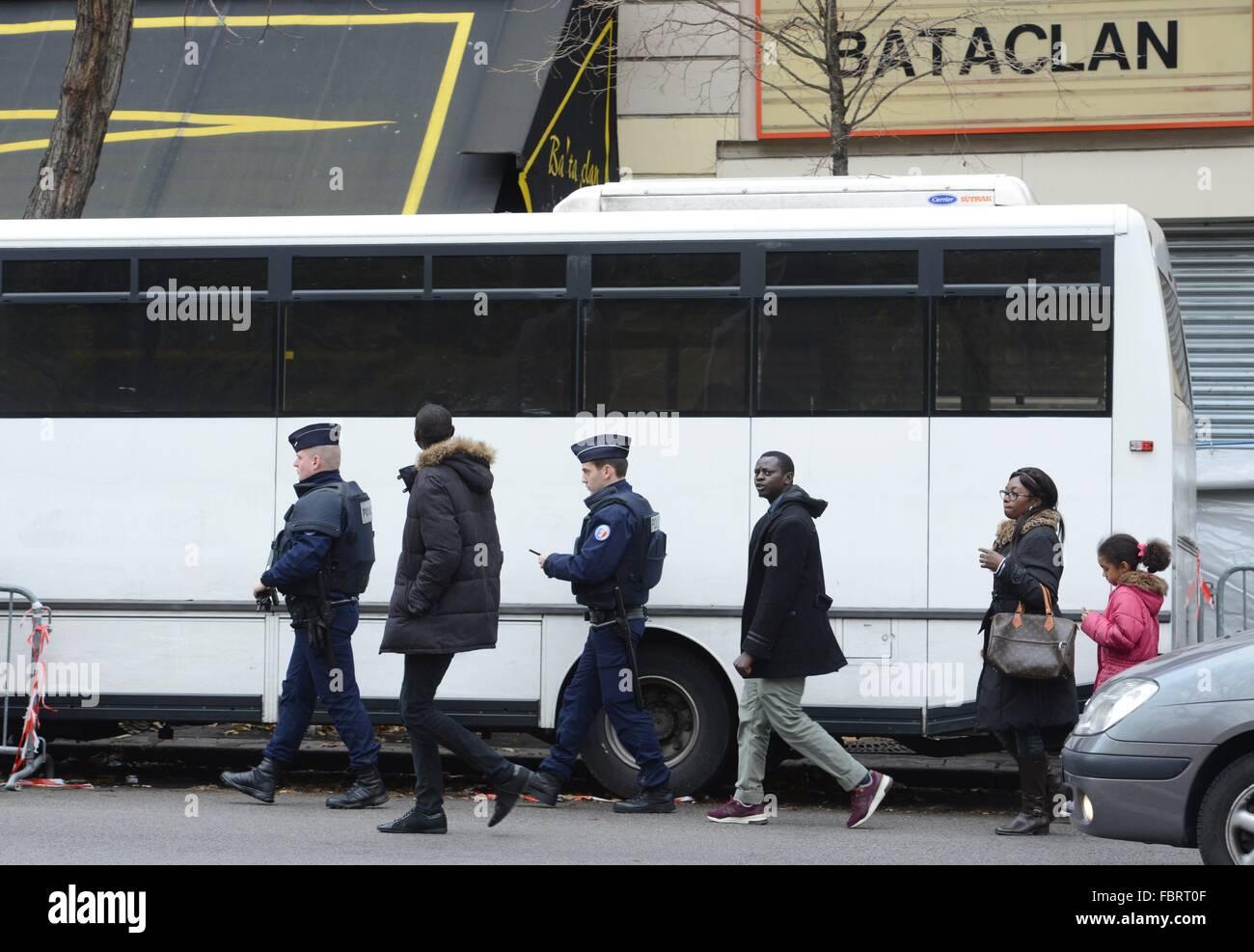 Polizisten bewachen die Konzerthauses Bataclan in Paris in Paris, Dec.12, 2015. Stockbild