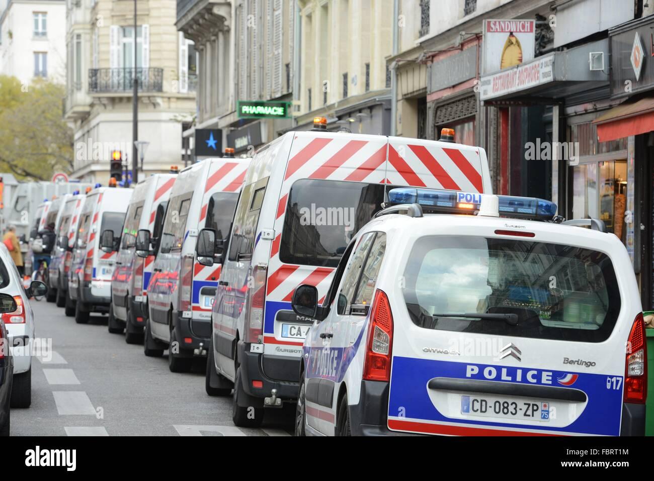 Polizei-Autos in der Nähe von Konzerthauses Bataclan in Paris, Dec.12, 2015. Stockbild
