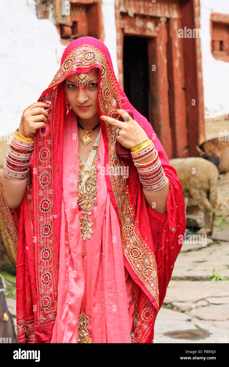 Schöne indische Braut gekleidet in traditionelle Hochzeit Kostüm ...