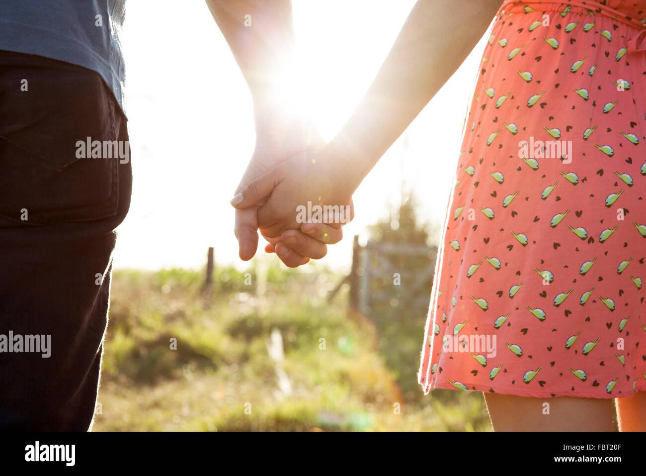 Paar Hand in Hand, close-up Stockbild