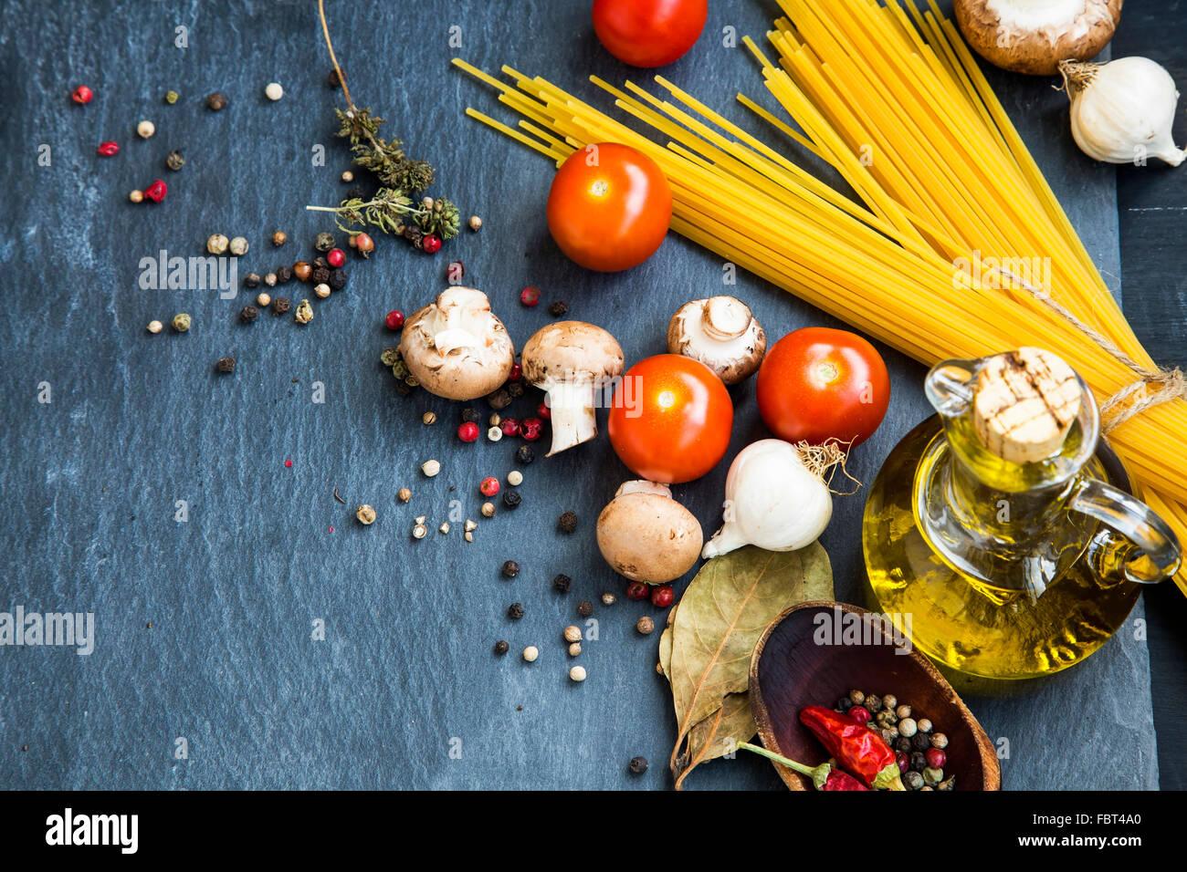Italienisches Essen Zutaten mit Nudeln, Gewürzen, Tomaten, Olivenöl, Pilze Stockbild