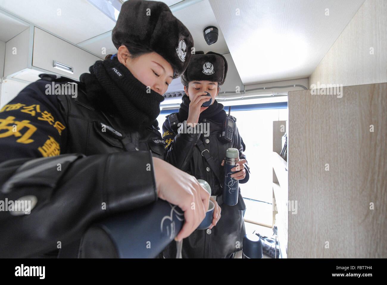 harbin china provinz heilongjiang 19 januar 2016 polizistinnen trinken hei es wasser bei. Black Bedroom Furniture Sets. Home Design Ideas