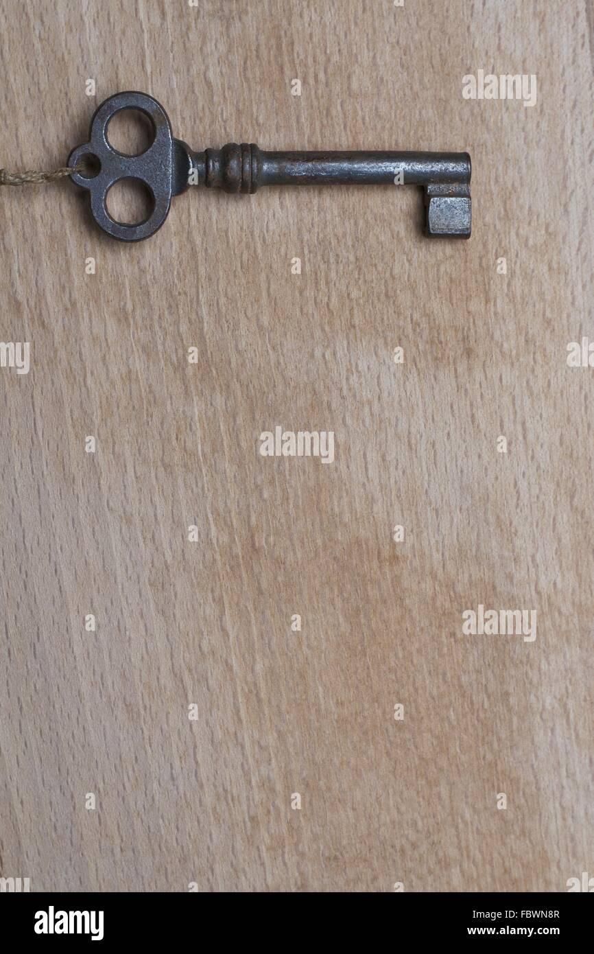 Alte Schlüssel auf Holz Stockbild