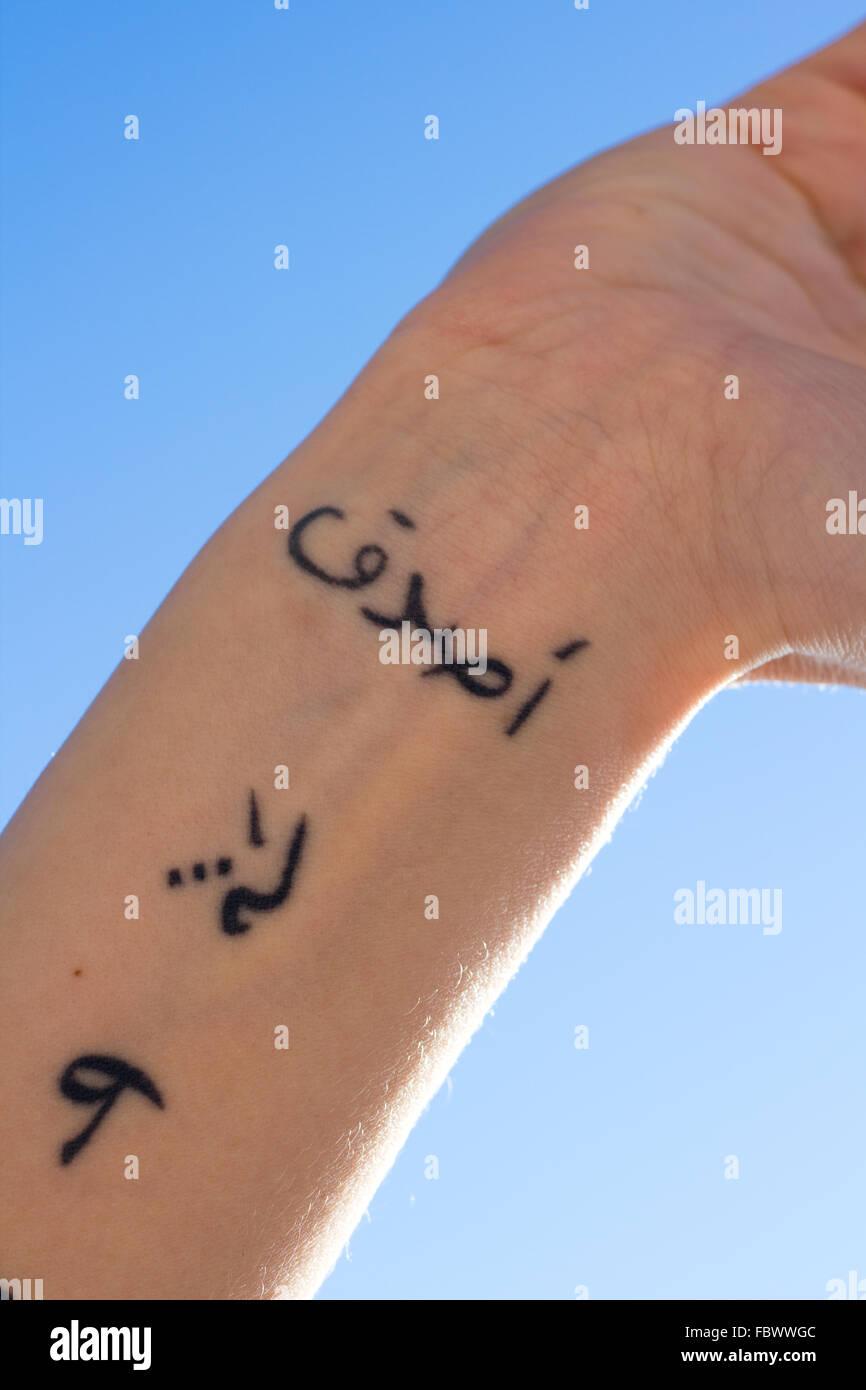 Arm Mit Einem Tattoo In Arabischer Schrift Stockfoto Bild 93381916