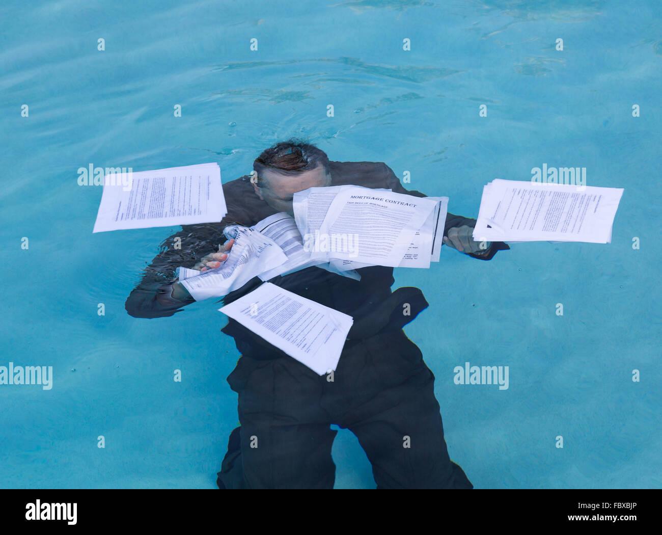 Senior woman Hypothek Darlehen Dokument im Wasser halten Stockfoto ...