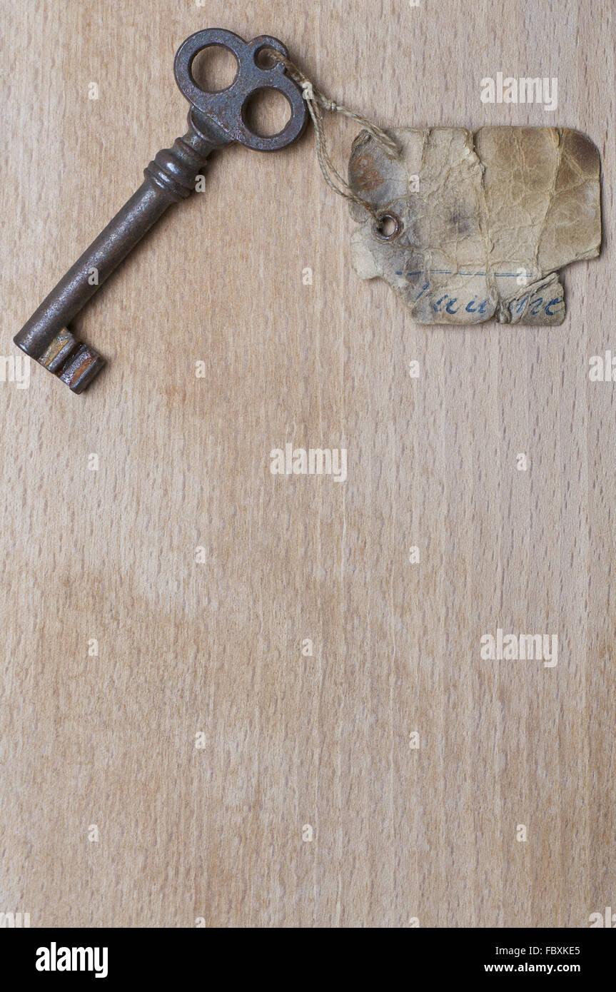 Antike Schlüssel mit Beschriftung auf Holz Stockbild