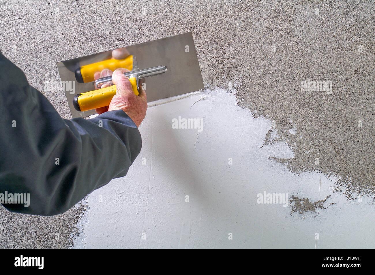 Betonwand Verputzen bau arbeiter verputzen und glätten betonwand mit weißem zement