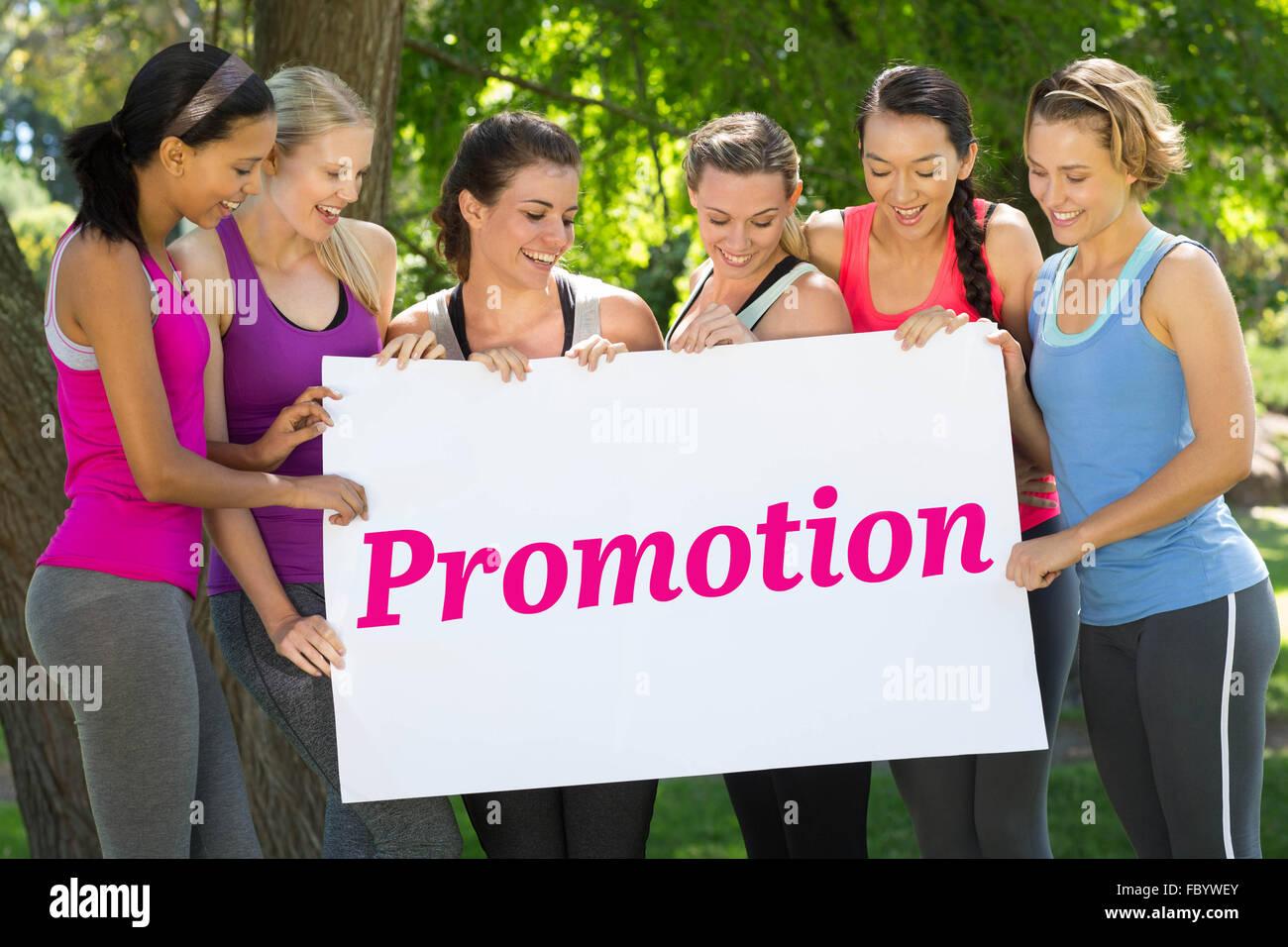Aktion gegen Fitness Gruppe Holding Plakat im park Stockfoto
