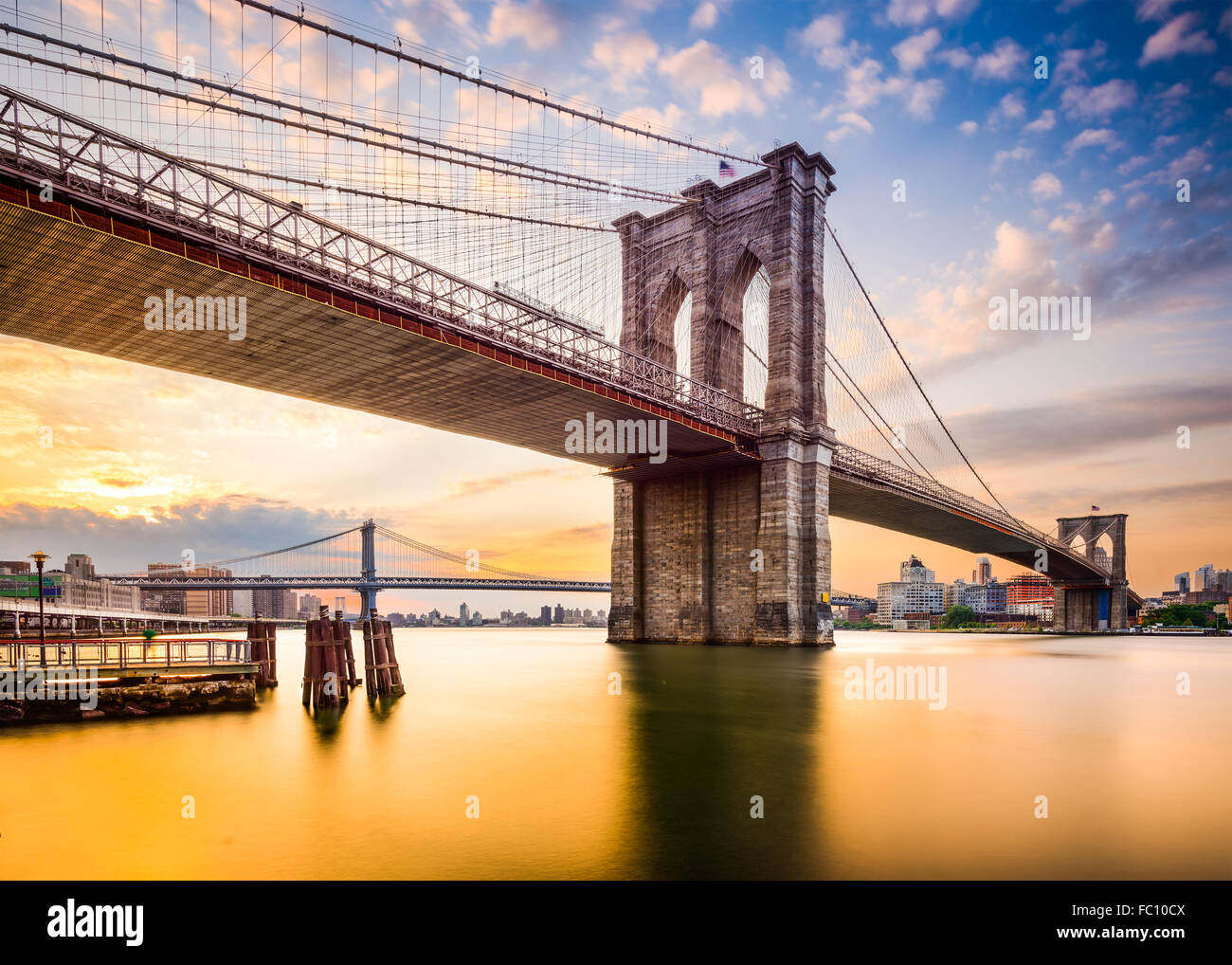 New York City, USA an der Brooklyn Bridge und East River. Stockbild