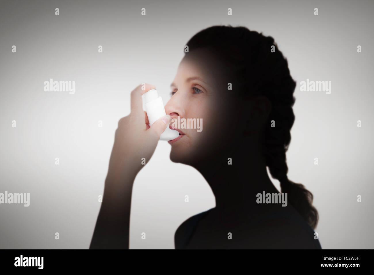 Zusammengesetztes Bild Frau mit Inhalator für asthma Stockbild