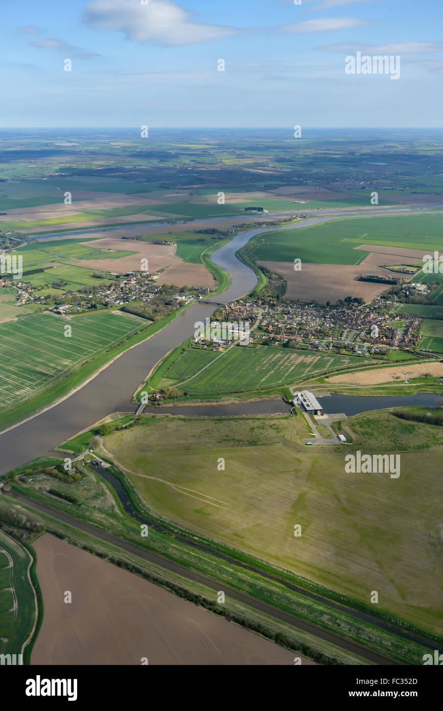 Eine Luftaufnahme des Norfolk Village of Wiggenhall St Germans und Umland Stockbild