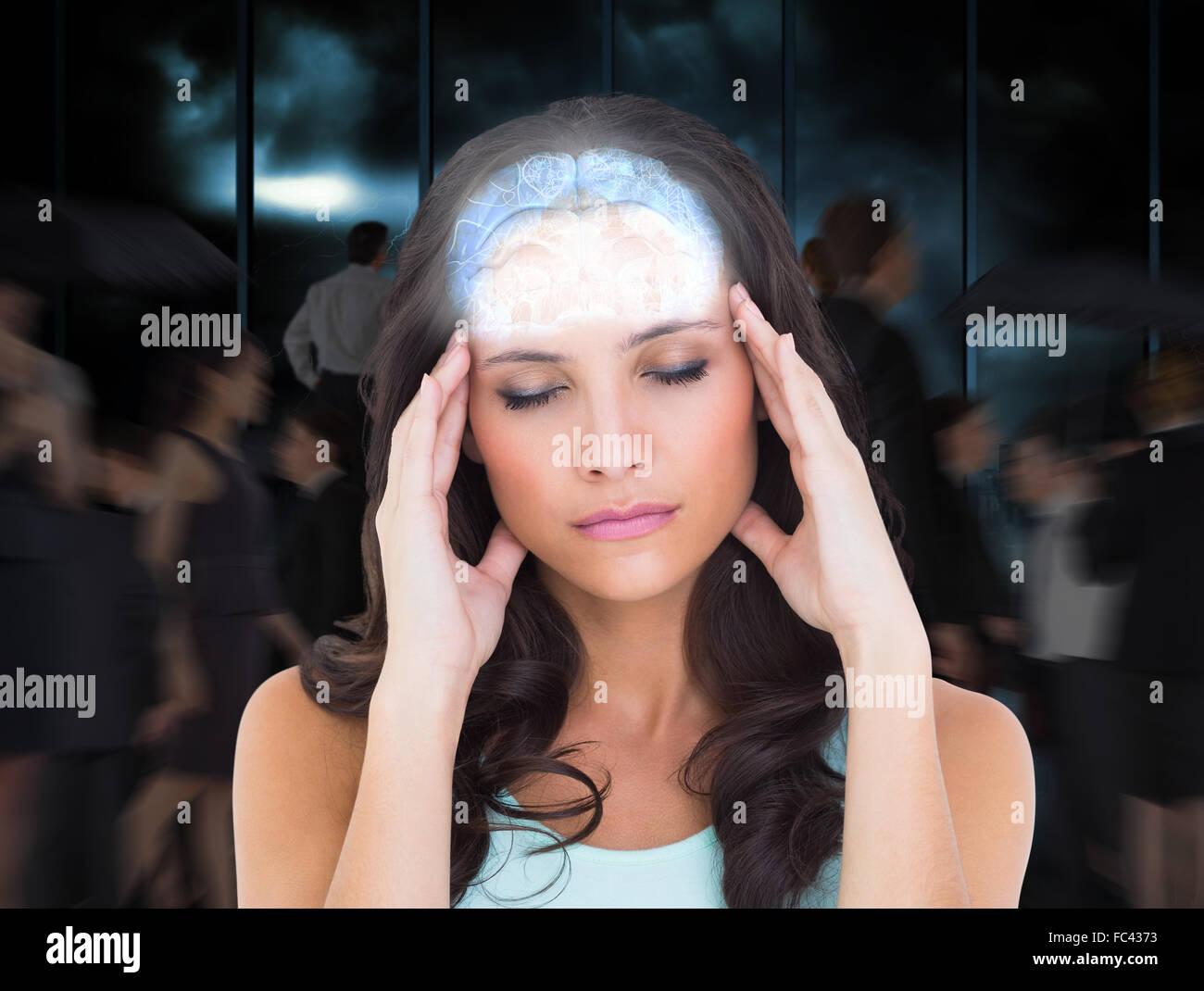 Zusammengesetztes Bild der hübsche Brünette mit Kopfschmerzen Stockfoto