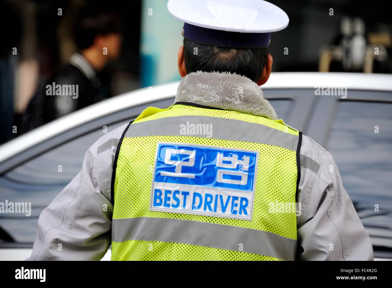 Verkehrspolizist in Seoul den Verkehr zu organisieren Stockbild