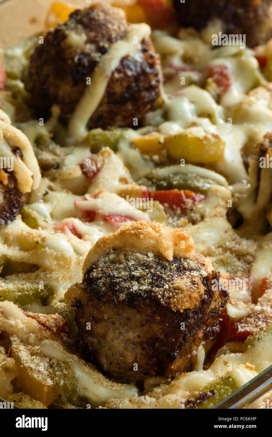 Pasta und Frikadellen mit Gemüse Stockbild