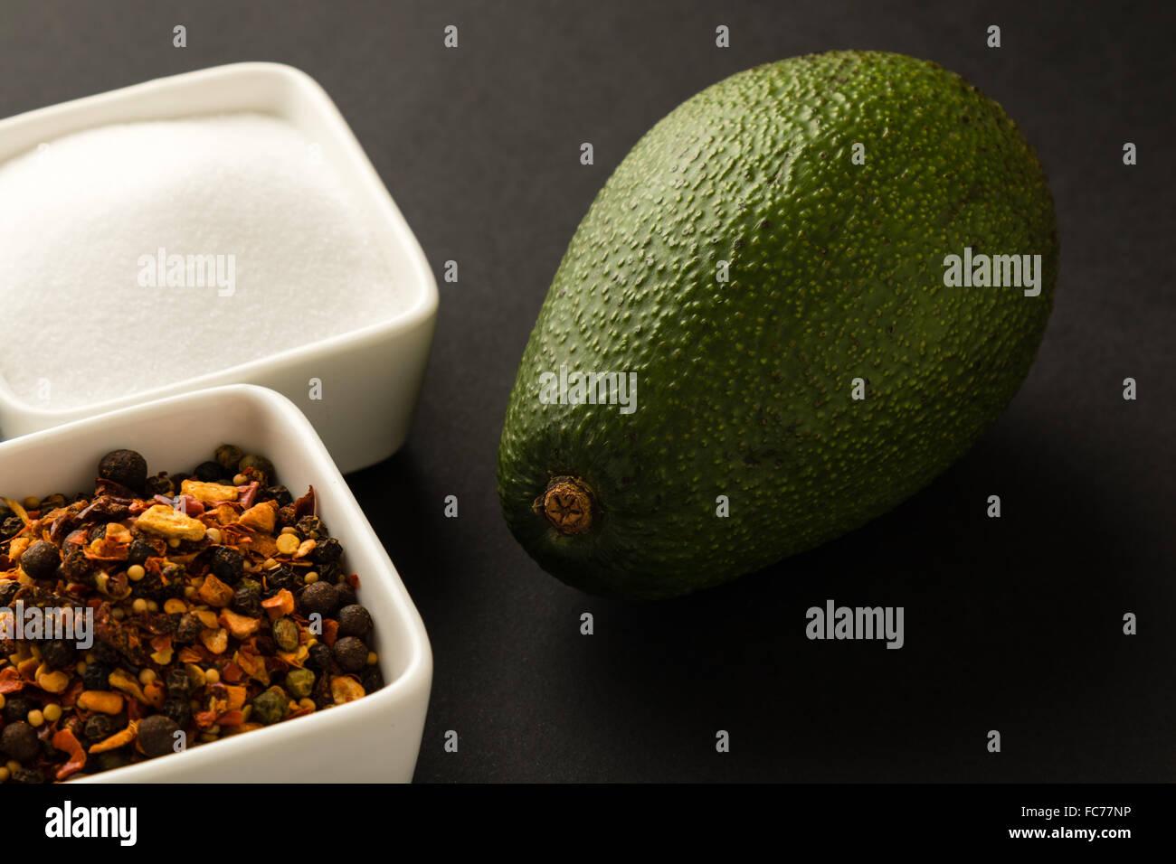 Avocado mit Würze Stockbild