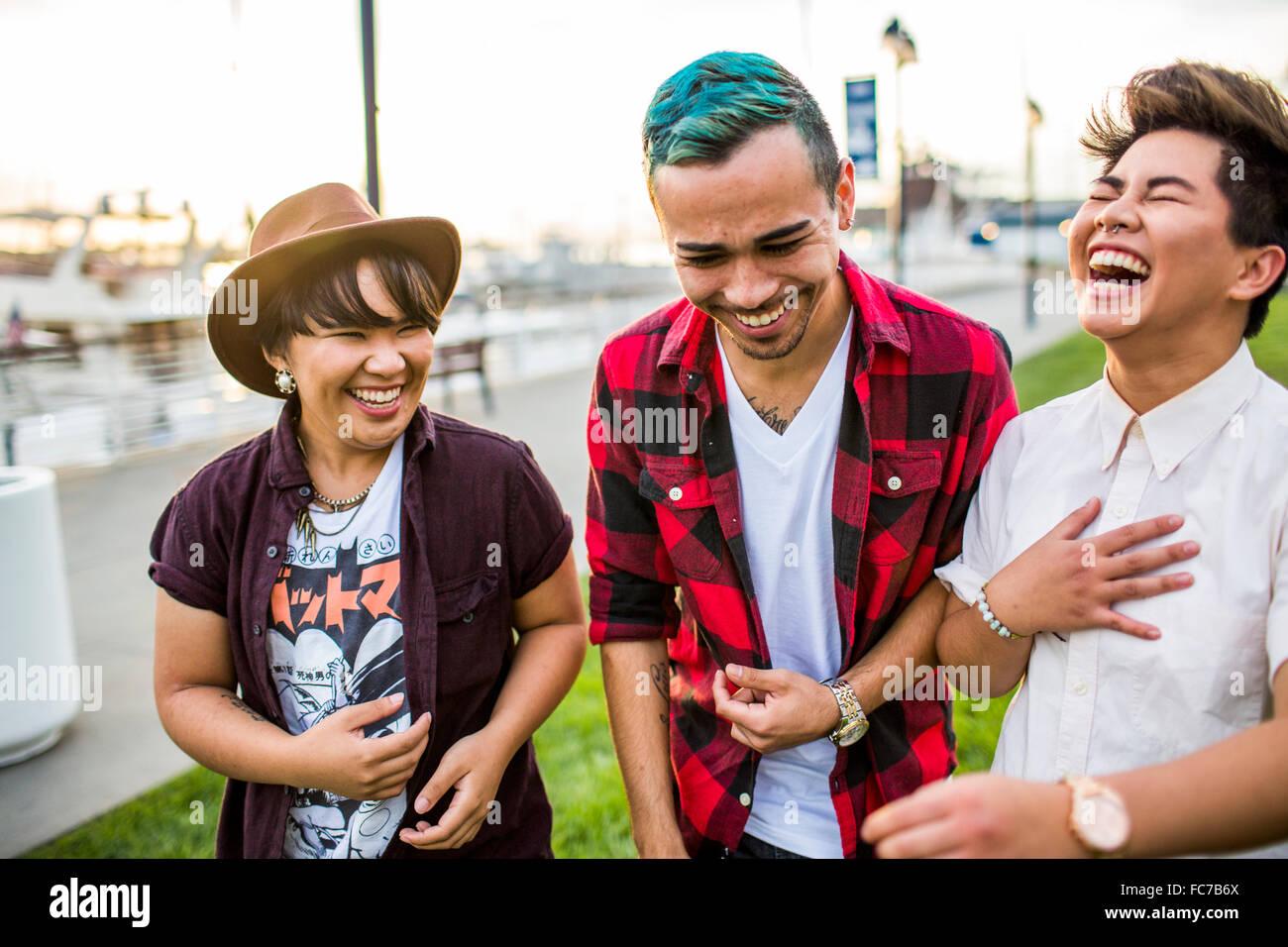 Freunde gehen im freien Stockfoto