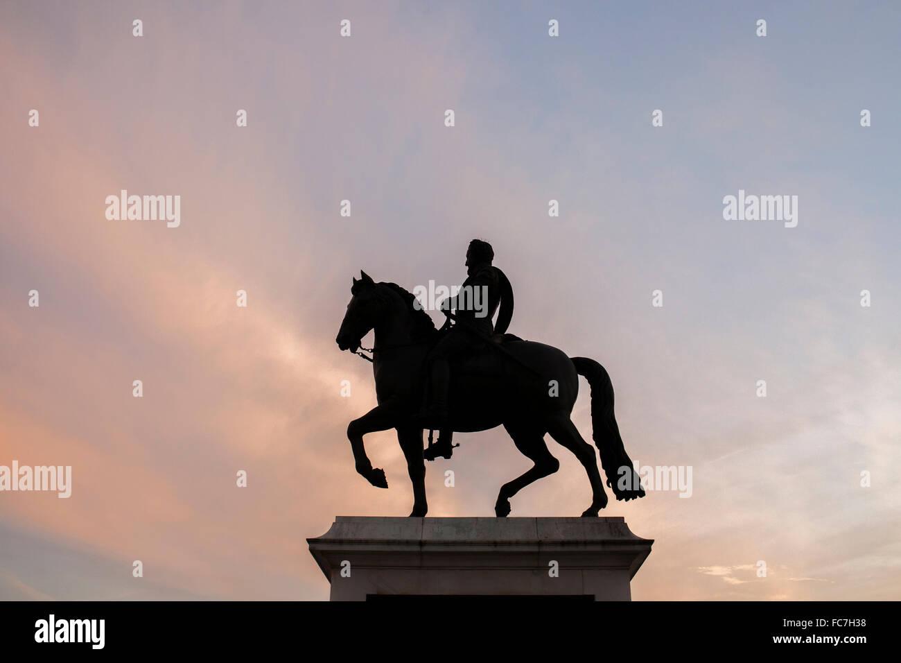 Silhouette von Pferd und Reiter Statue unter Sonnenuntergang Himmel Stockfoto