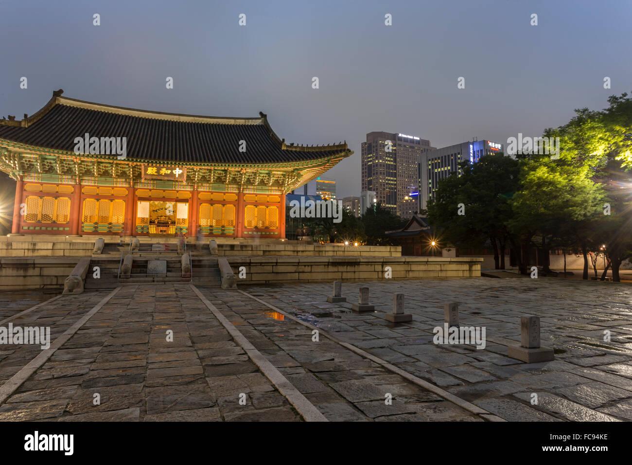 Junghwa-Jeon (Kaisersaal), Deoksugung Palast, traditionelle koreanische Gebäude, beleuchtet in der Abenddämmerung, Stockbild