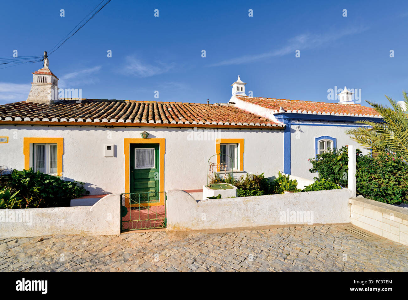 Portugal, Algarve: Traditionelle Algarve Architektur mit weissen Häusern und bunte Türrahmen Stockbild