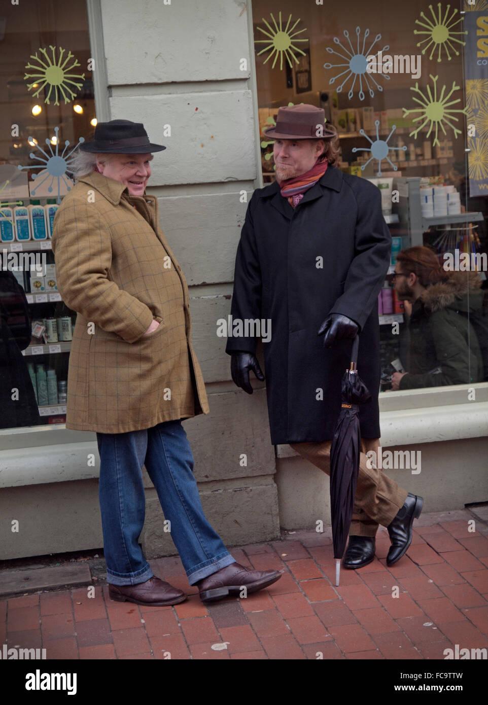 Stilvolle Männer mittleren Alters zu stoppen, zu einem Plausch im Bereich North Laine von Brighton Stockbild
