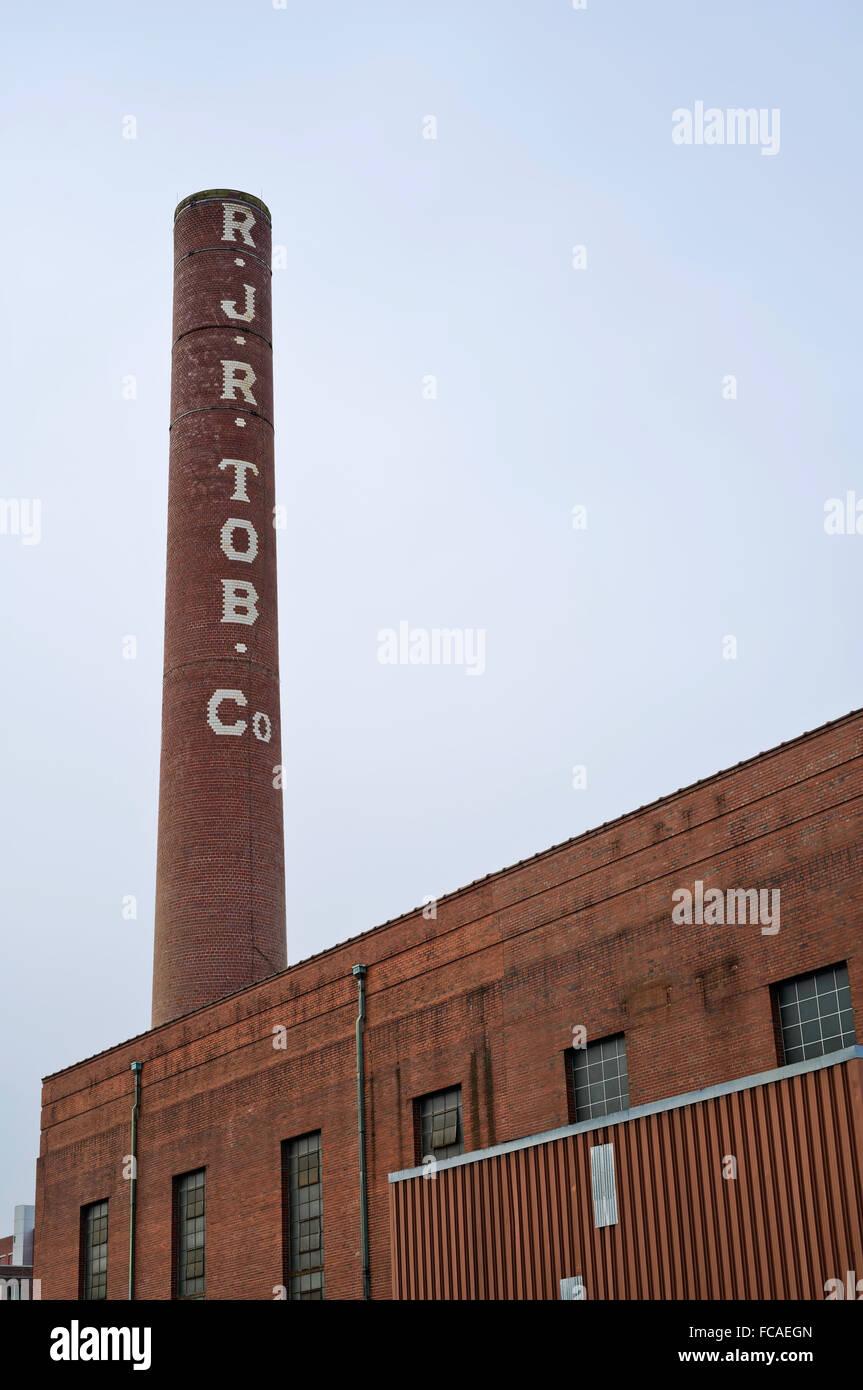 Schornstein und Gebäude im Kraftwerk Reynolds Tobacco Bailey. Winston Salem, NC Stockbild