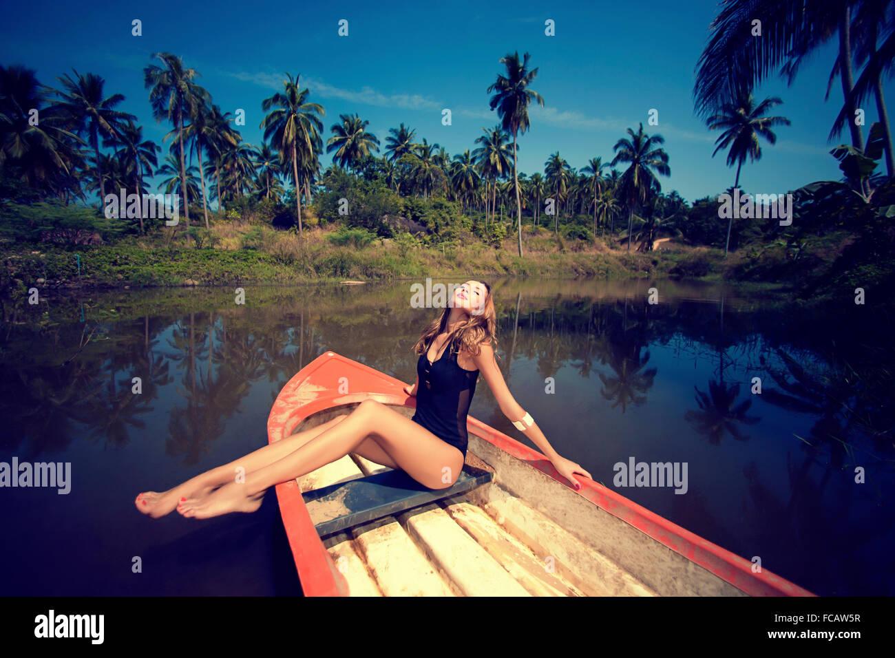 Frau posiert auf Boot Stockbild