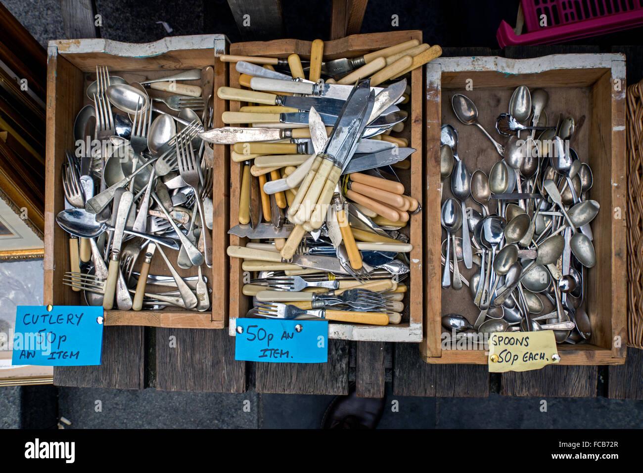 Boxen von billigen, gebrauchten Besteck für den Verkauf auf einem Markt stall in Edinburghs Grassmarket. Stockbild