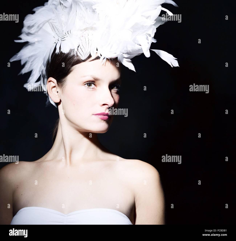 Porträt einer schönen jungen Frau auf schwarzem Hintergrund Stockbild