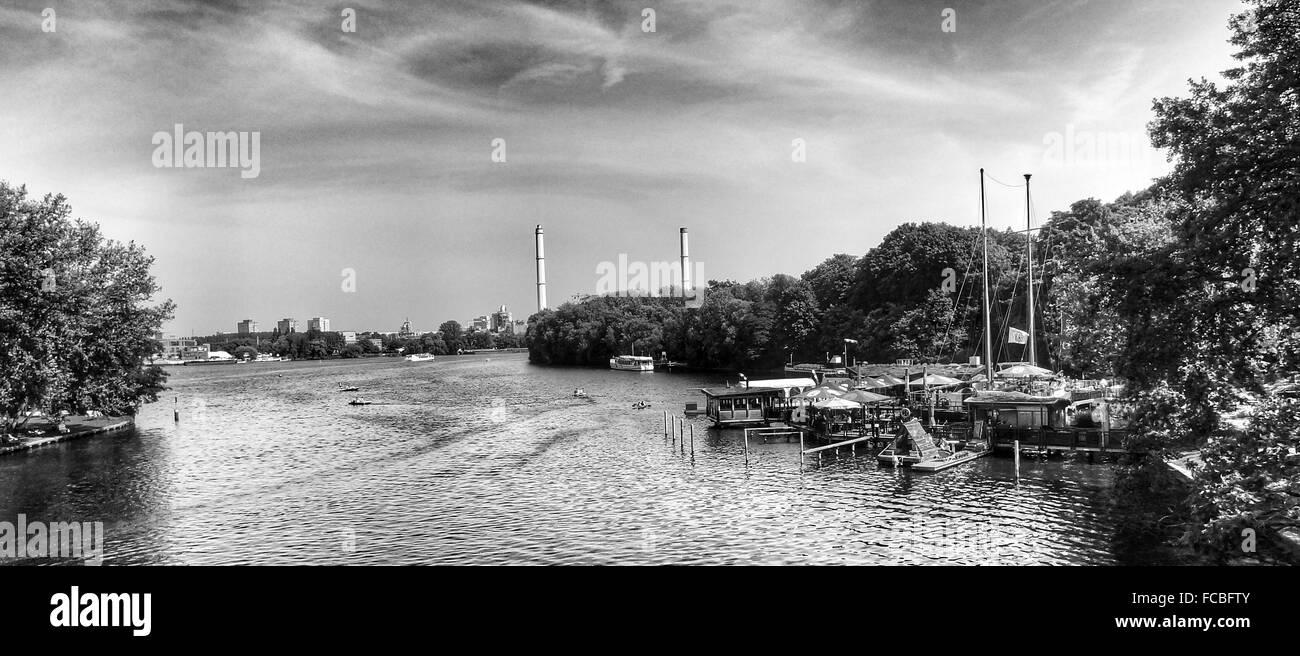 Panoramablick auf Fluss gegen Himmel bei Insel Der Jugend Stockbild