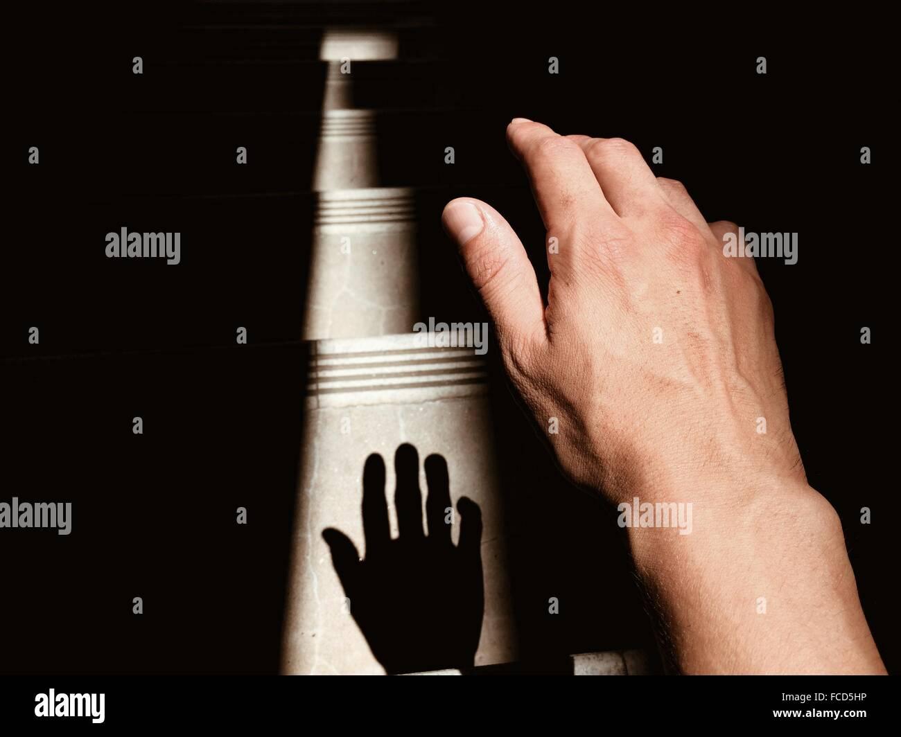 Nahaufnahme von Menschenhand mit Schatten Stockbild