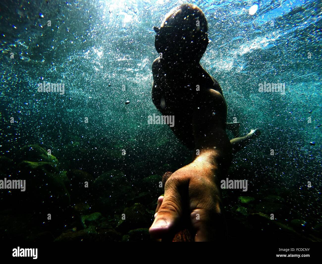 Mann im Meer schwimmen Stockfoto