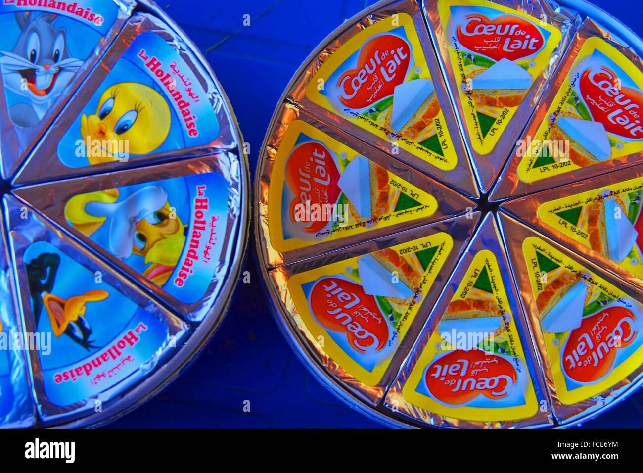Coeur de Lait und La Hollandaise folienverpackte Weichkäse Portionen sehr beliebt in Marokko Stockbild