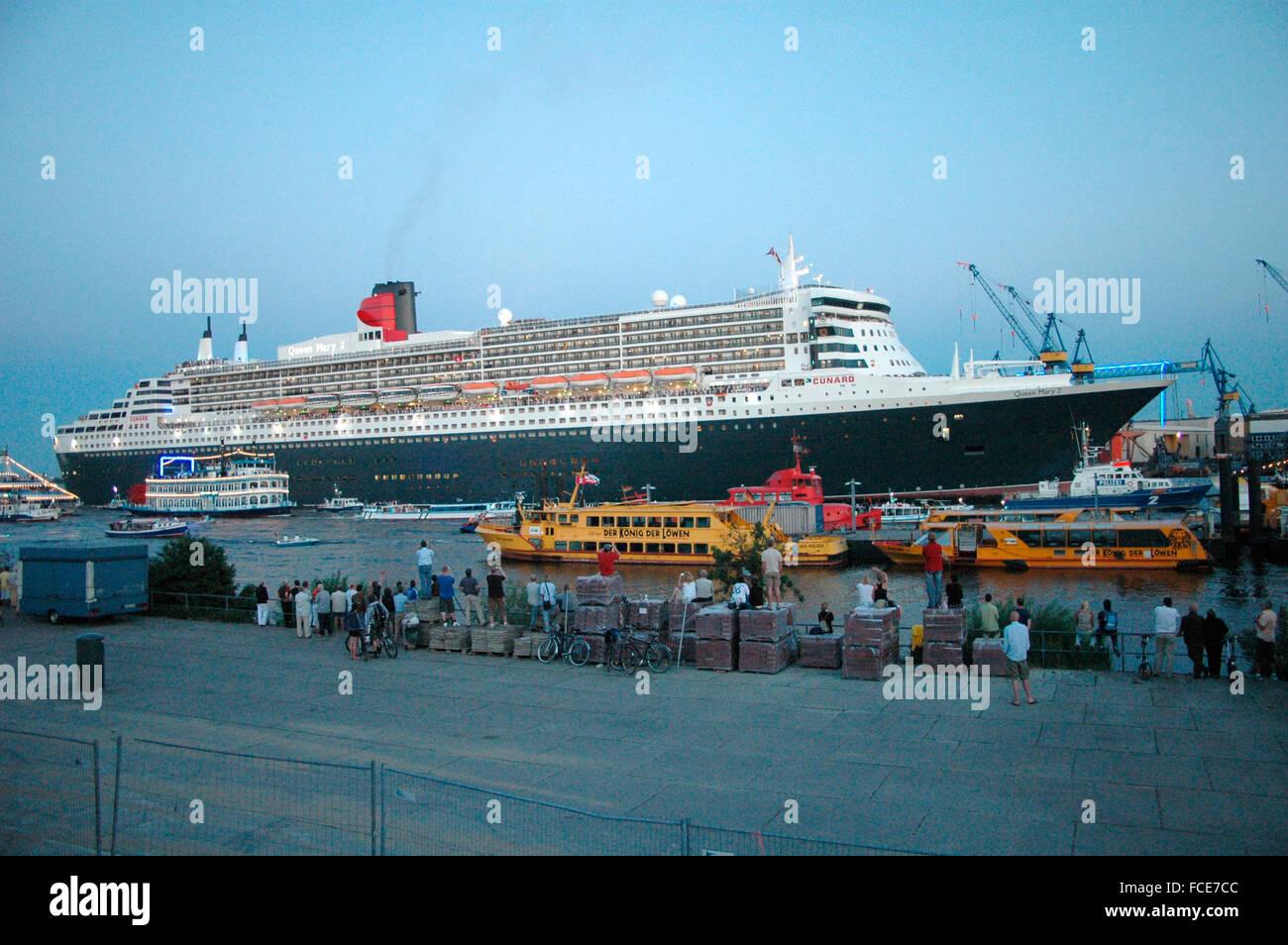 """16. Juli 2006 - HAMBURG: das Schiff, die """"Queen Mary 2"""" den Hafen von Hamburg, Deutschland verlässt. Stockbild"""