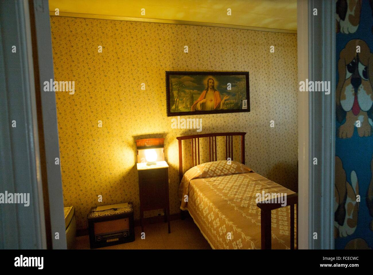 Vintage Schlafzimmer Mit Einem Bild Des Heiligen Herzens Von Jesus Hängt An  Das Kopfteil Für Ein Bett Und Ein Nachttisch Mit Einer
