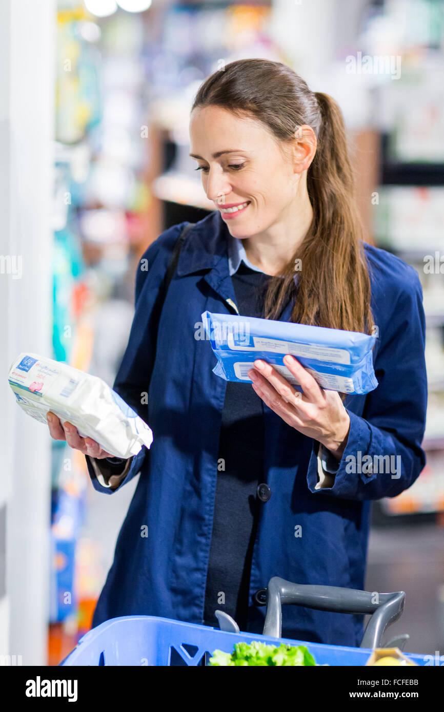 9debbcc12969f2 Frau in Baby-Hygiene-Abschnitt im Supermarkt einkaufen Stockfoto ...