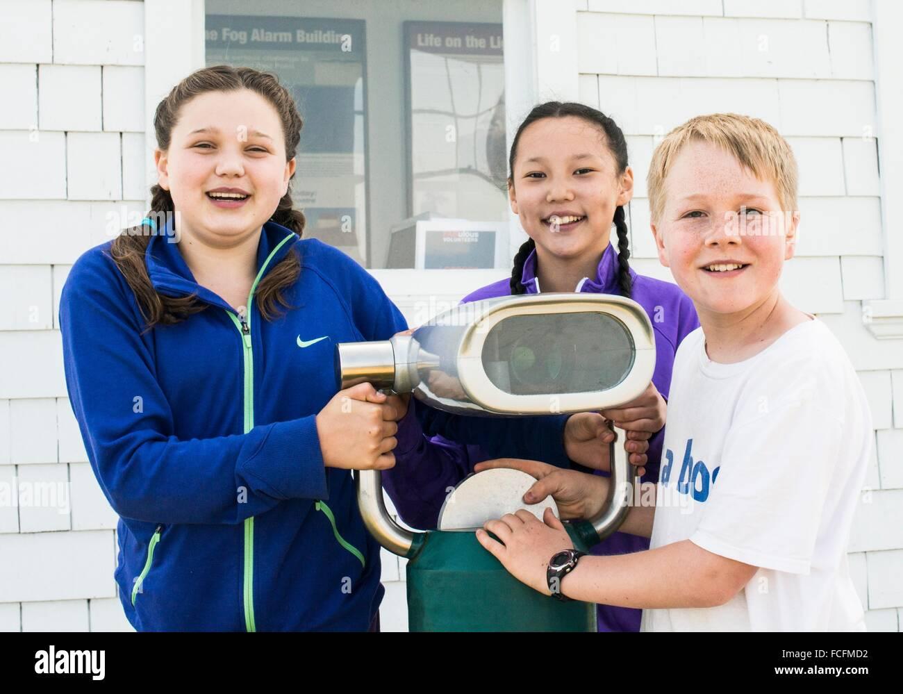 Drei kinder jahre alt mit einem teleskop an der gulf