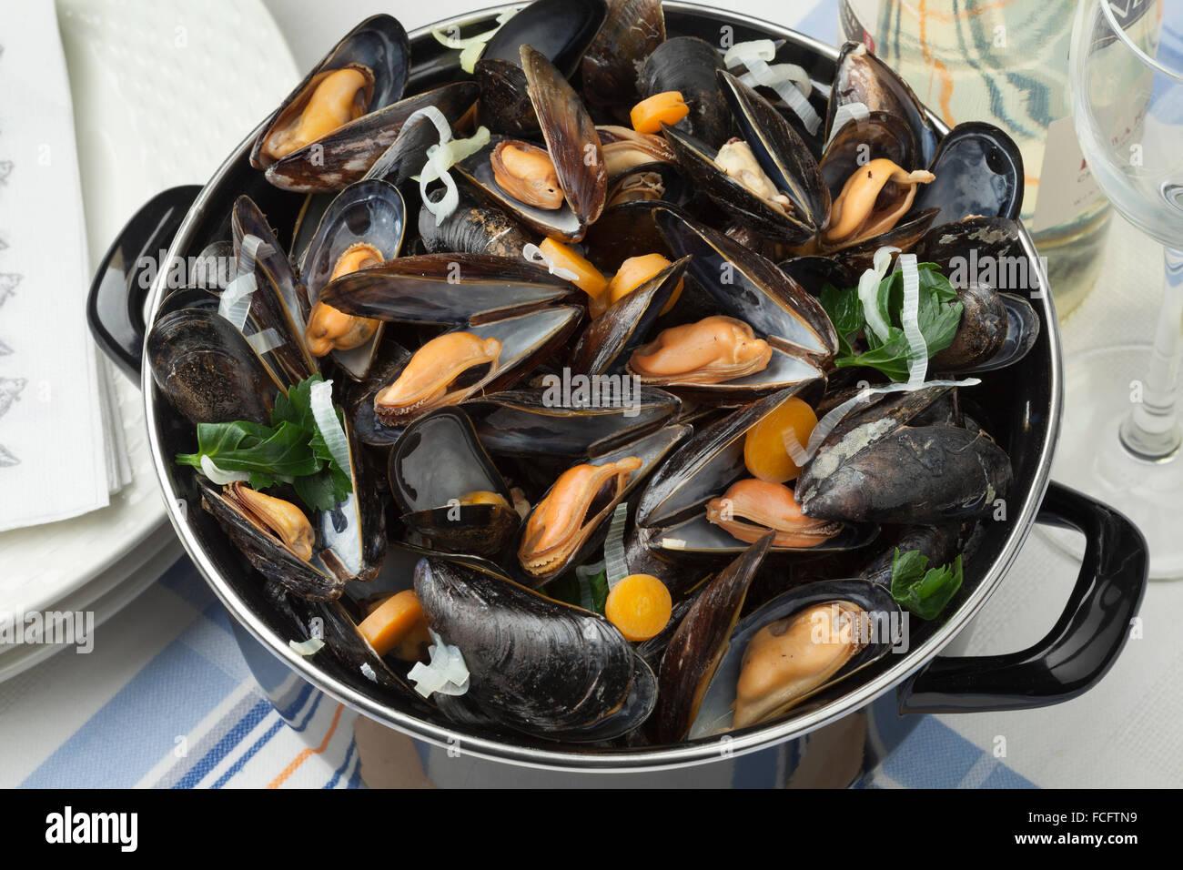 Pfanne mit frisch gekochten Muscheln essfertig Stockbild